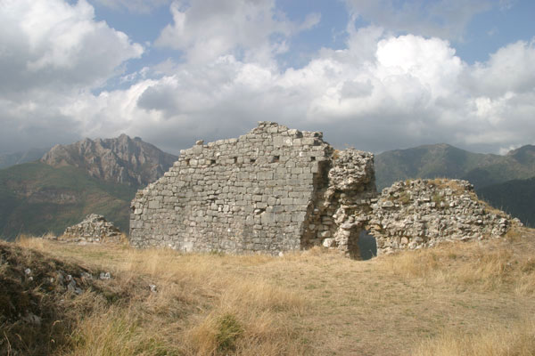 Lucchio (600Wx400H) - Ruins of the Castle - photo courtesy of Paolo Ramponi - castellitoscani.com