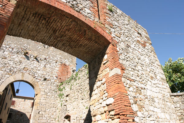 Montefollonico (600Wx400H) - Montefollonico: the Barbican of Porta del Pianello - Photo Courtesy of castellitoscany.com