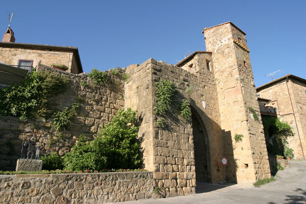 Monticchiello (600Wx400H) - Monticchiello: The Main Gate - Photo Courtesy of castellitoscany.com