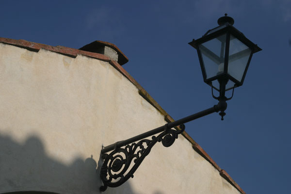 Florence country house (600Wx400H) - Street lamp in the hills around Florence..(Photo by Marco De La Pierre)