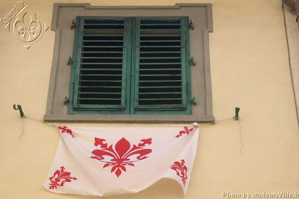 Il Giglio di Firenze (600Wx400H) - August 2003: after the announcement that the Florence team 'Fiorentina' was admitted to play in Italian Serie B many inhabitants of the city center have proudly exhibited this flag from their windows and balcons. (Photo by Marco De La Pierre)