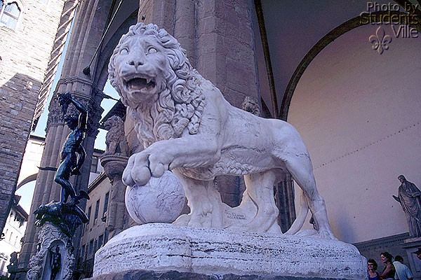 Loggia della Signoria (600Wx400H) - A lion roar at the Loggia della Signoria [also called Loggia dei Lanzi] entrance, on his back the Benvenuto Cellini's Perseo ...(Photo by Paolo Ramponi)