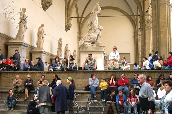 Loggia dei Lanzi (600Wx400H) - Tourists relaxing under Loggia dei Lanzi in Piazza Signoria (Photo by Marco De La Pierre)
