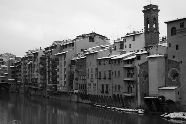 Lungarno of Florence (600Wx400H) - A white romantic view of Lungarno (Photo Courtesy of <a href='http://xoomer.virgilio.it/neveafirenze/' target='_blank'>Marco di Leo </a>)