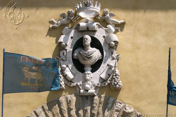 Cosimo dé Medici (600Wx400H) - Cosimo dé Medici portrait above the entrance of the