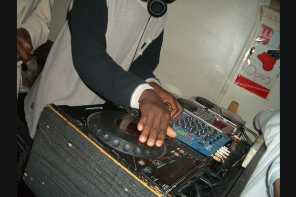 Dj mike's magic hands! (600Wx400H) - Dj Mike performing a hiphop dj session @ Dolcezucchero (photo by Chris)