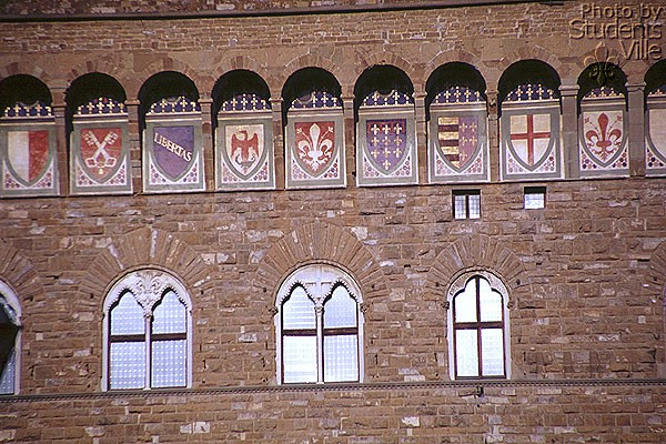 Coat of Arms (600Wx400H) - The Coat of Arms of the 'Signoria' on Palazzo Vecchio facade. (Foto by Paolo Ramponi)