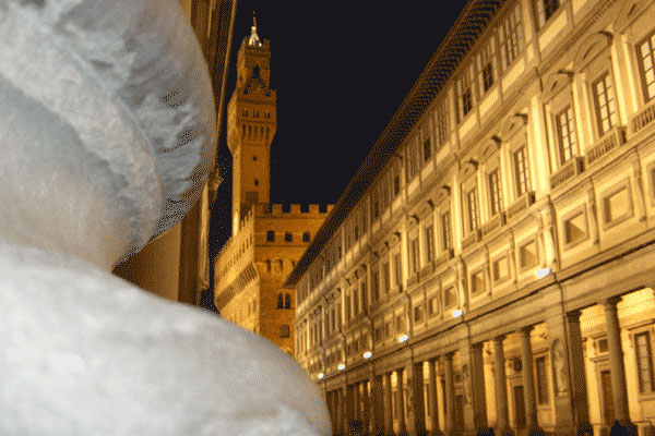 Uffizi by Night (600Wx400H) - Amazing picture of Uffizi Museum by night (Photo by Fabio, Internet Station Service in Largo Alinari, 30)